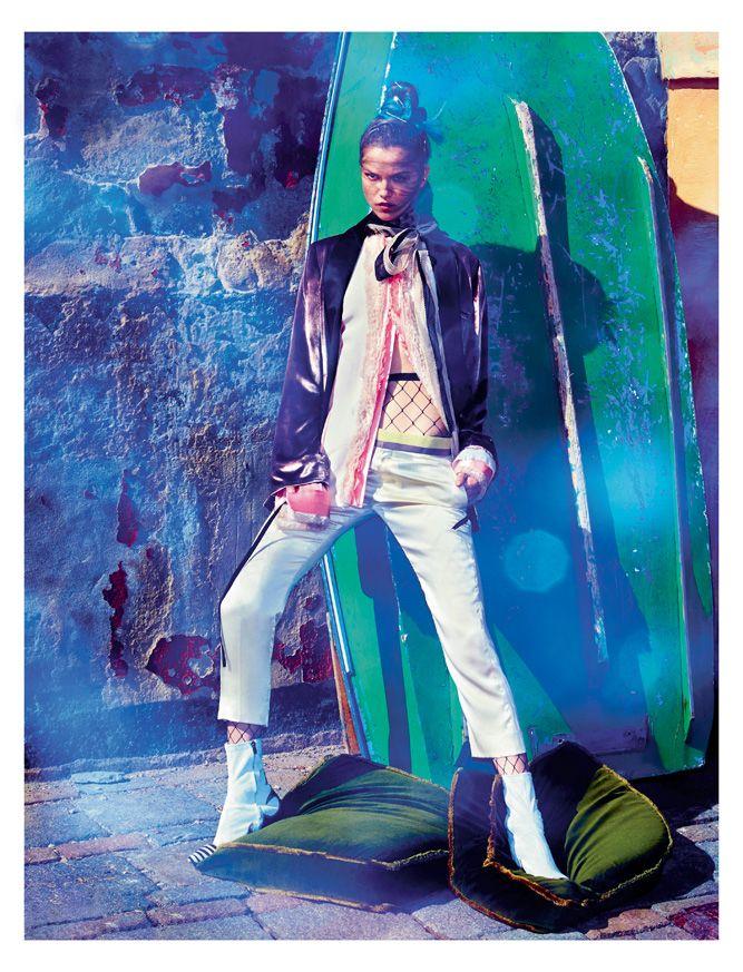 Veste en velours et satin, chemise et pantalon en soie, et bottines, HAIDER ACKERMANN. Foulard bicolore en soie, LANVIN. Collant, MAISON MARGIELA.