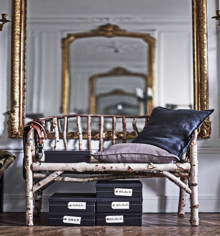 Le immagini sono tratte dal libro IKEA Trovalo! che mostra la casa dello stilista Hans Blomquist a Parigi. Queste eleganti scatole sono collocate sotto una panca rustica in un corridoio signorile - IKEA