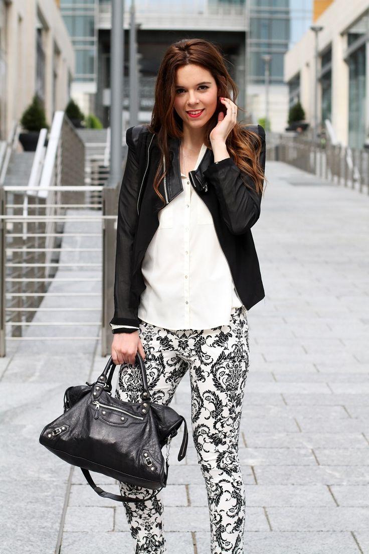 corso como | milano | outfit | look | fashion blogger | fashion blog | pantaloni stampa | stampa barocca | bianco nero | giacca nera | camicia bianca | modella | porta nuova milano | milano moda 2