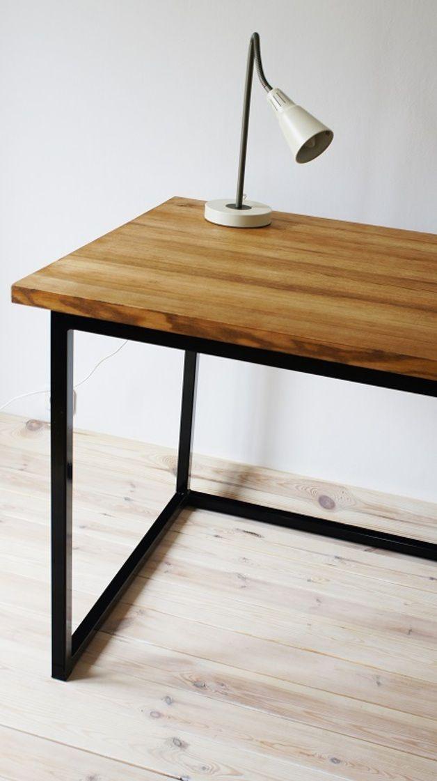 Schreibtisch aus massivem Eschenholz auf einem Stahlrahmen (Farbe: schwarz). Tischplatte mit eine Mischung aus…