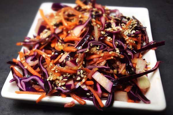 Die perfekte Beilage zum Fleisch: Coleslaw ist in den USA schon lange der Renner. Unsere Rotkohl-Karotten-Apfel Variante kann hier gut mithalten!