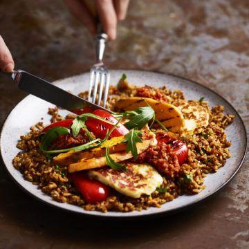 Ris- och sesammix med grillade grönsaker, halloumi och tomatpesto - Recept - Tasteline.com