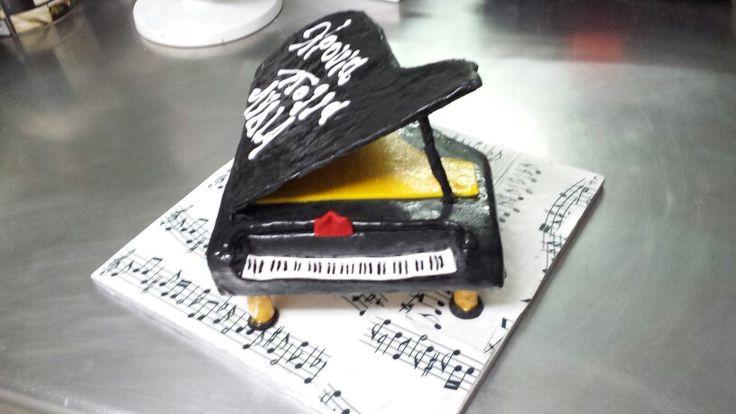 3D piano cake