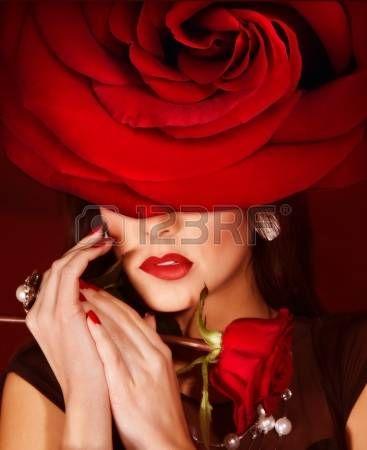 Immagine di splendida donna che indossa il cappello rosso di moda rose closeup ritratto di donna bru Archivio Fotografico