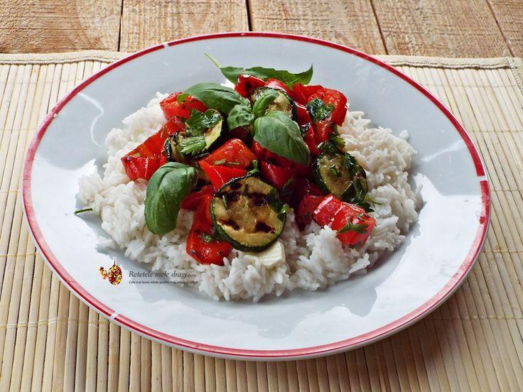 Salata calda de legume la gratar este un preparat foarte simplu si rapid care ne salveaza pranzurile sau cinele dupa