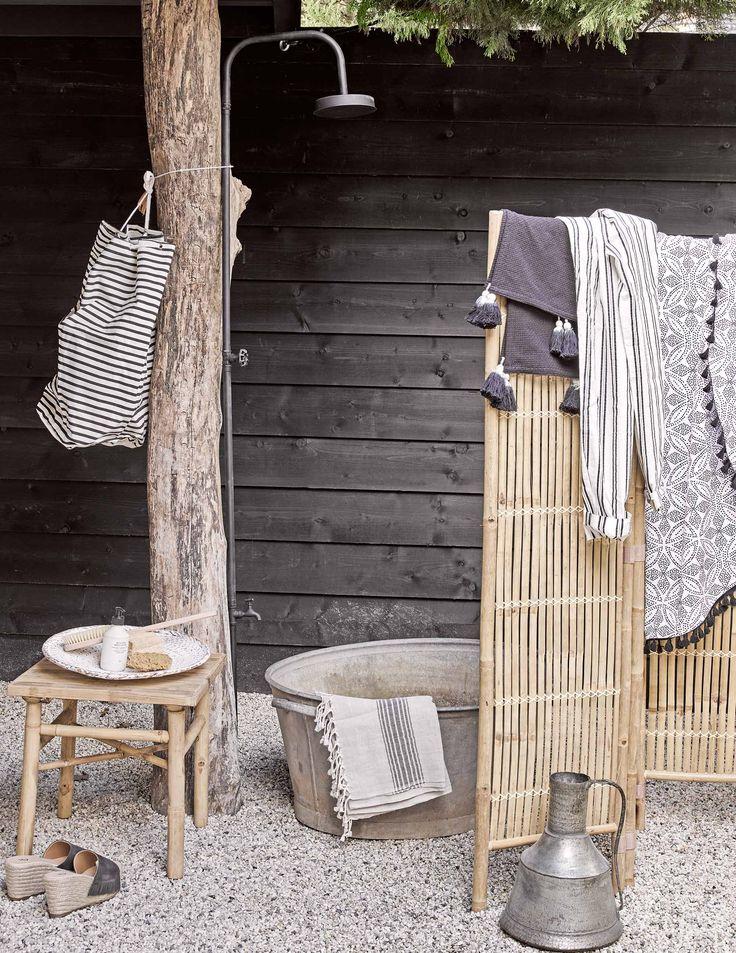 Buitendouche met kamerscherm | Outdoor shower with folding screen | vtwonen 08-2017 | Fotografie Alexander van Berge | Styling Cleo Scheulderman