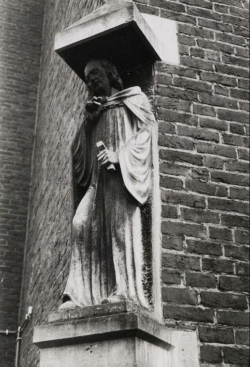 Doelstraat 1 (De schakel)gevelbeeld 1935-1936 nu standbeeld in tuin pastoriegebouw