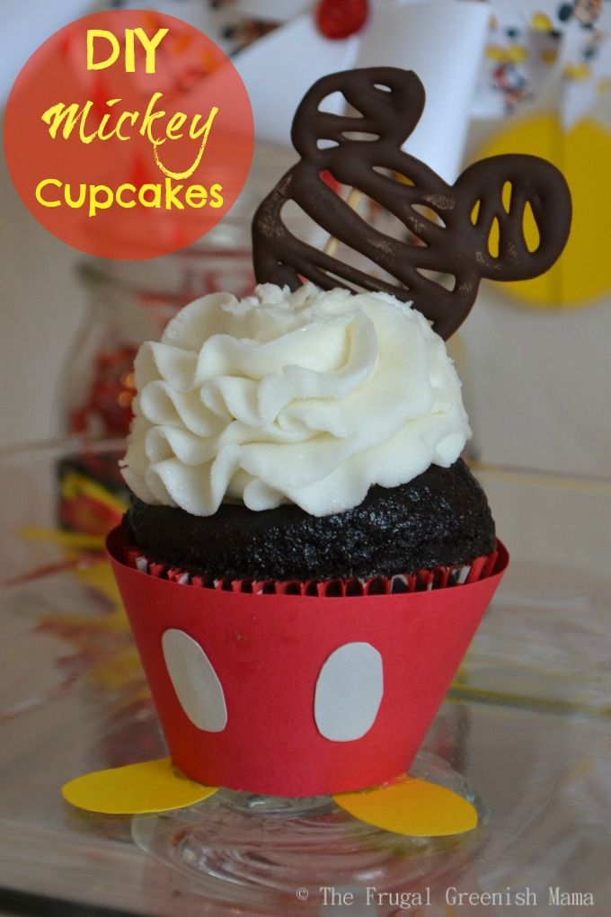 Mickey Mouse Cupcakes with free printable cupcake wrapper template - via Our Homemade Life | http://www.ourhomemadelife.com/mickey-mouse-cupcakes-free-printable-templates/