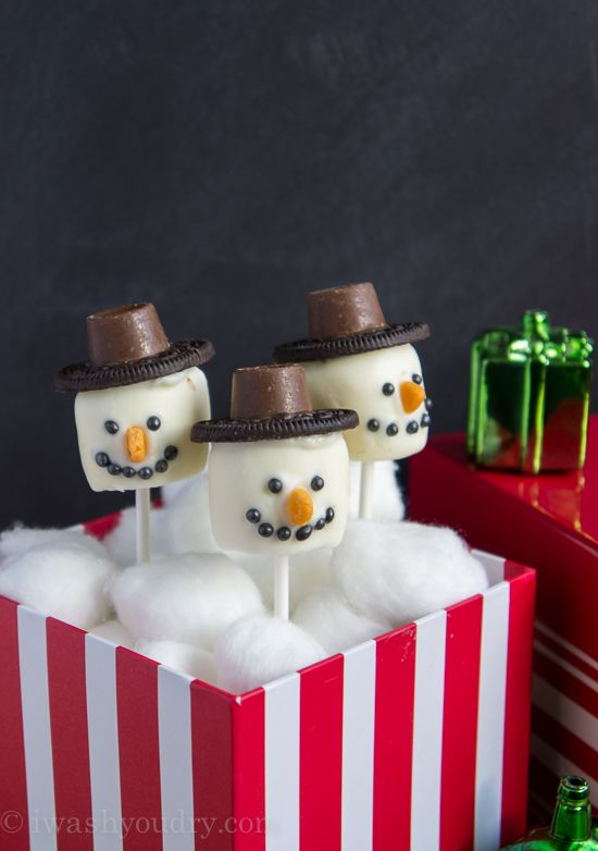 Frosty the Snowman Marshmallow Pops; whip up a batch of hot chocolate while the kids make these super cute marshmallow snowmen to dunk!