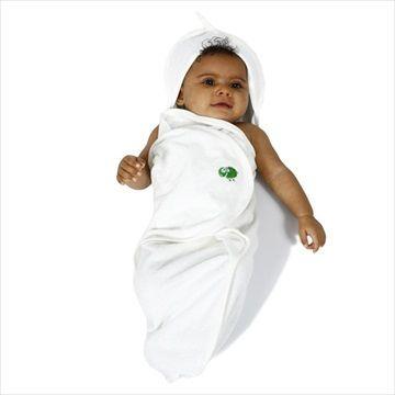 THE LITTLE GREEN SHEEP Organisk Baby 'Cocoon' Håndkle med Hette. Vakkert myk økologisk bomull håndkle til baby, i en 'cocoon' form design som koser rundt babyen din, hjelper dem å føle seg trygge etter sitt bad.  Den spesielle designen inkluderer en fot posen, hette og formet vinger for å gjøre tørke raskt og enkelt for mor og baby. Kr 299
