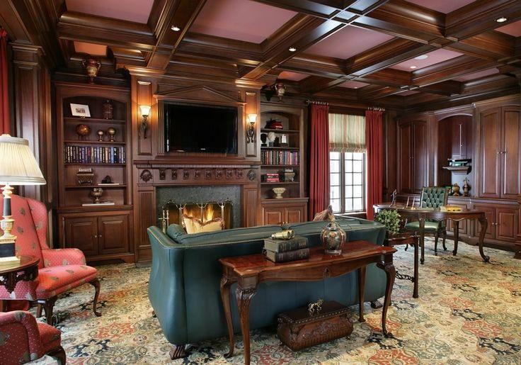 Классический английский стиль в дизайне гостиной с камином. Из необычных решений на фото: мягкий сливовый цвет потолка
