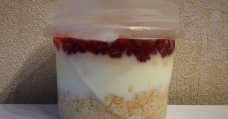 Fabulosa receta para Desayuno en frasco para llevar light con yogur y avena. Este desayuno se hace la noche anterior a comerlo, es fácil y nutritivo! Tu cuerpo te lo agradecerá! Es riquísimo y práctico para llevar al colegio o al trabajo! Cambia las medialunas de la panadería por esto y sentí la diferencia!! Dato curioso: la avena es un grano rico en proteínas, grasas insaturadas y vitamina B. Es el cereal con mayor concentración de vitaminas y minerales. Sus propiedades beneficiosas para la…