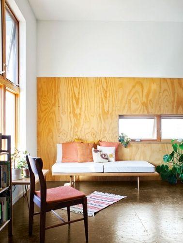 <p>白塗装の壁を背景にラーチ合板を貼ると、ミッドセンチュリーの雰囲気に。</p>
