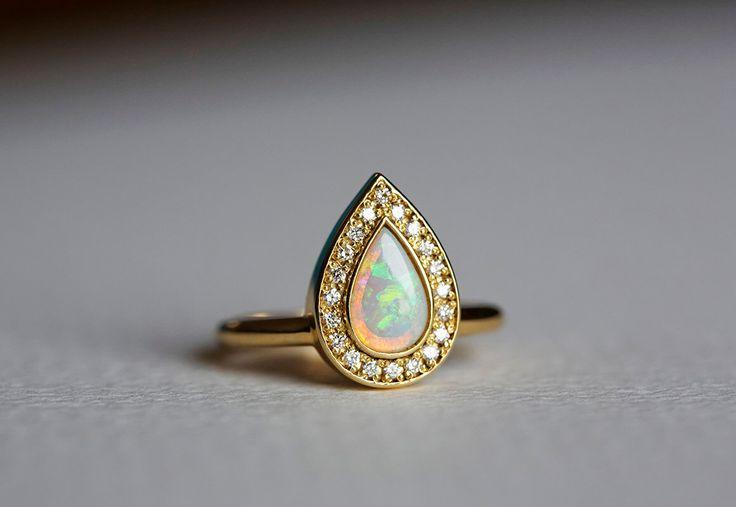Opal-Verlobungsring, Gold Verlobungsring, Birne-Verlobungsring, ebnen Diamant-Ring, 18 k Solid Gold von capucinne auf Etsy https://www.etsy.com/de/listing/227264764/opal-verlobungsring-gold-verlobungsring