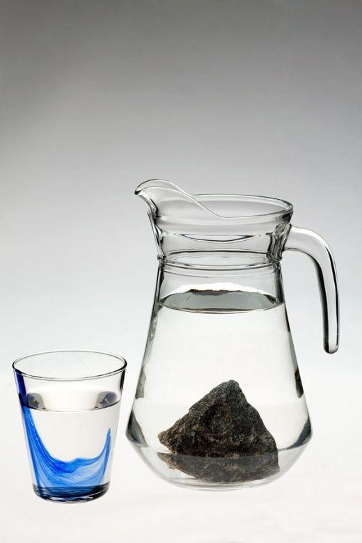Шунгит удаляет из воды механические примеси, тяжелые металлы, вредные органические вещества, уничтожает неприятные запахи и привкусы, делает мутную воду прозрачной. Настоянная на шунгите вода становится не только лучше по качеству, но и обретает лечебные свойства. Шунгитовые настои очень полезны и, в то же время, просты в приготовлении, поэтому их полезно иметь в каждом доме.