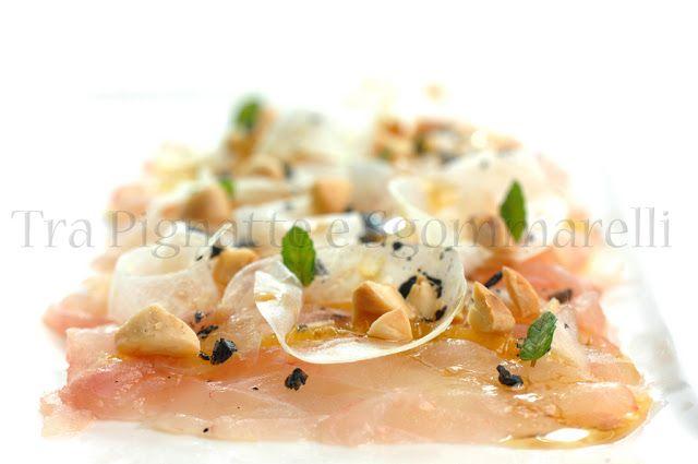 Carpaccio di spigola e arancia, con finocchi, mandorle tostate al sale, fiocchi di sale nero e menta