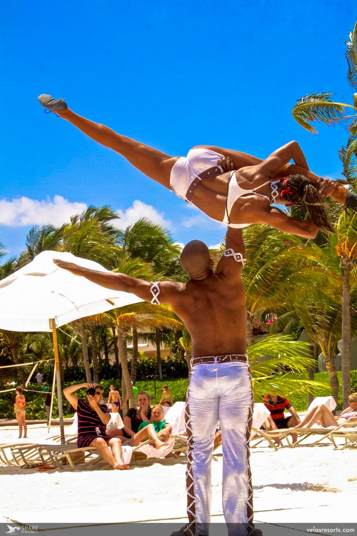 Funny and colorful circus performance, surrounded by the beautiful beach in #GVRivieraMaya