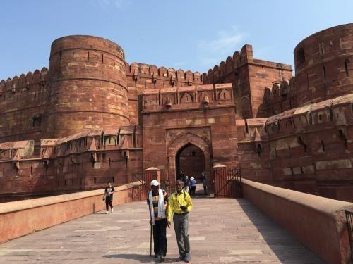 アーグラ城。赤砂岩でできているらしい。レッドフォートと同様に、赤い城と言うらしい。 インド