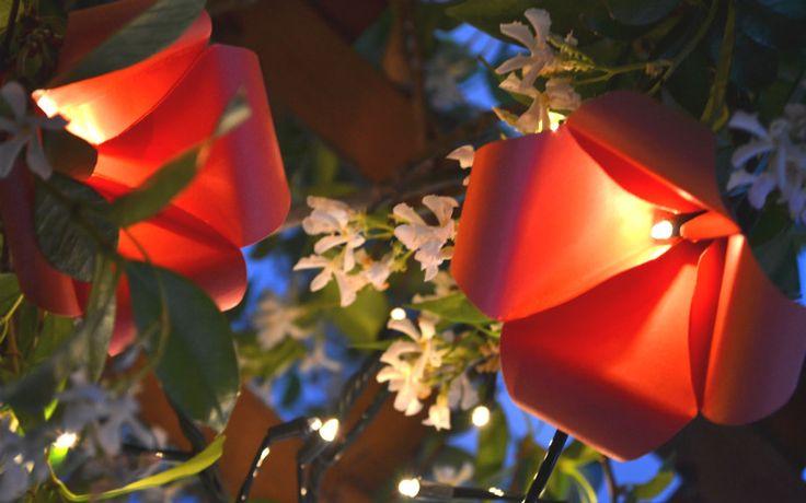 Illuminare gli esterni con fiori di carta e fantasia! http://www.lafigurina.com/2015/06/tutorial-come-realizzare-delle-campanule-di-carta-luminose/