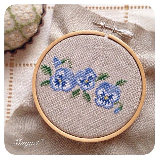 . 少し前に作成した パンジーのボーダー図案。  ブルーのグラデーションが 綺麗に出るように 色選びをこだわってます☆ . . #刺繍 #クロスステッチ…
