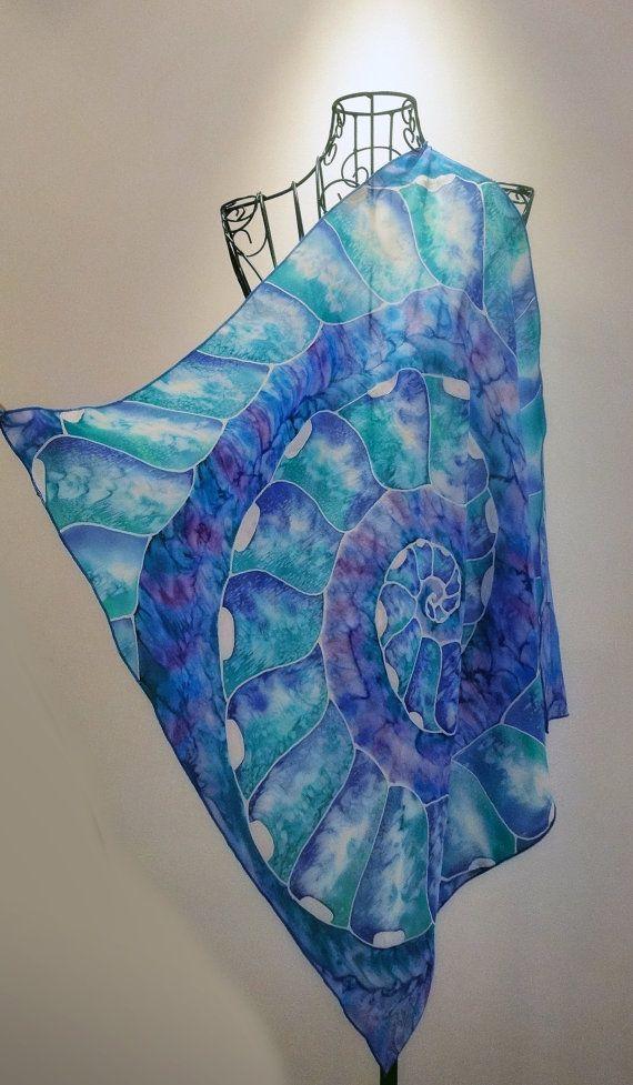 ¡ Hola! Esto es 100% a mano pintado un único pedazo de arte usable.  Este pañuelo cuadrado medio es inspirado por la belleza de la criatura de aguas profundas-Nautilus. He pintado el nautilus con tonos de azul brillante y verde con efecto que se logra sólo en seda.  Las dimensiones de la bufanda de seda son aprox. 70 cm x 70 cm, approx.28 x 28. La bufanda es con el dobladillo cosido mano. La seda es muy hermoso 100% natural y delicada seda.  Esta bufanda se hace a pedido y te necesito aprox…