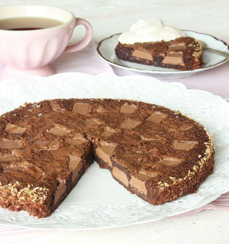 En kladdkaka fylld med chokladbitar – en dröm för alla chokladälskare!