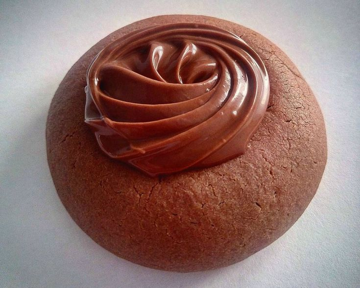 Golosissimi biscotti dal morbido cuore di Nutella ®, ideali da gustare a merenda o per colazione. Scopri come preparare i nutellotti su Donna Moderna!