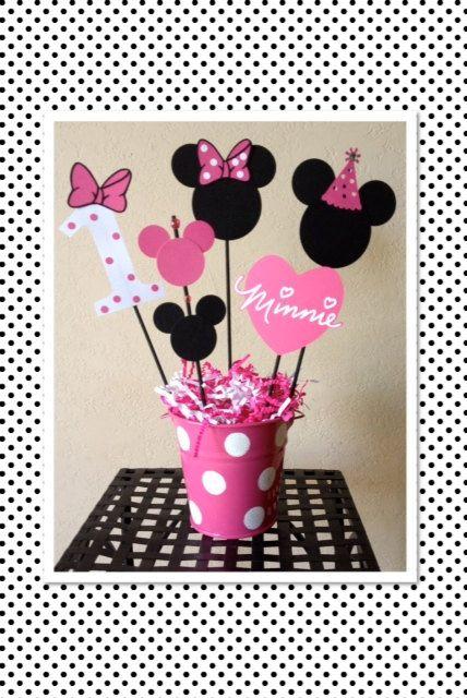 SIL VOUS PLAÎT COMMANDER MA PAGE BOUTIQUE AVANT DE PASSER COMMANDE. VOUS Y TROUVEREZ EXPÉDITION FOIS ET CE QUE JAI DATE AM ACCEPTER DE NOUVELLES COMMANDES. Merci! https://www.Etsy.com/Shop/TheGirlNXTdoor?Ref=hdr_shop_menu ***  Minnie Mouse anniversaire décoration pièce maîtresse  Cette pièce maîtresse ajoutera la touche spéciale supplémentaire à votre fête.  Cette liste est pour (1) pièce de maîtresse complète Minnie Mouse. Cela comprend...  (5) toppers (brochettes) comme le montre les…