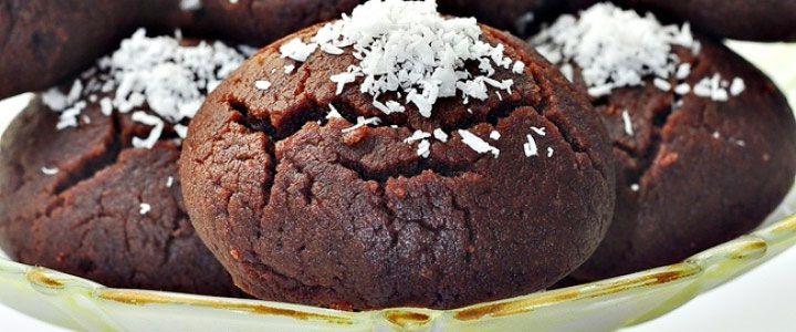 Browni kurabiye tarifi Kurabiye için gerekli tüm malzemeleri bir kabın içine koyarak iyice karıştırılır. Azar azar un ilavesiyle  hamuru yoğuralım. Hamurdan parçalar koparalım yuvarlayalım ve yağlanmış tepsiye dizelim. Önceden 180 derece ısıtılmış fırında üzerleri çatlayana kadar pişirilir.