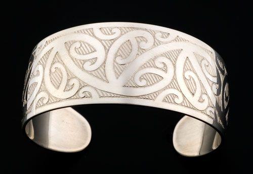 Ngutukura (pattern tile for Kowhaiwhai) Bracelet by Stacy Gordine, Māori artist (NZ51003)