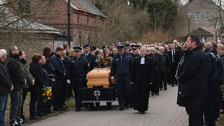 Nach mutmaßlichem Dreifachmord in Brandenburg - Getöteter Polizist in Pfaffendorf beerdigt  | rbb Rundfunk Berlin-Brandenburg
