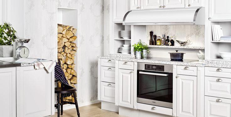 Ett vitt och fräscht kök i lantlig och hemtrevlig stil. Den mysiga vedgömman i väggen förstärker det lantliga intrycket ytterligare. #fjaraskupan #stil #lantligt #vitt