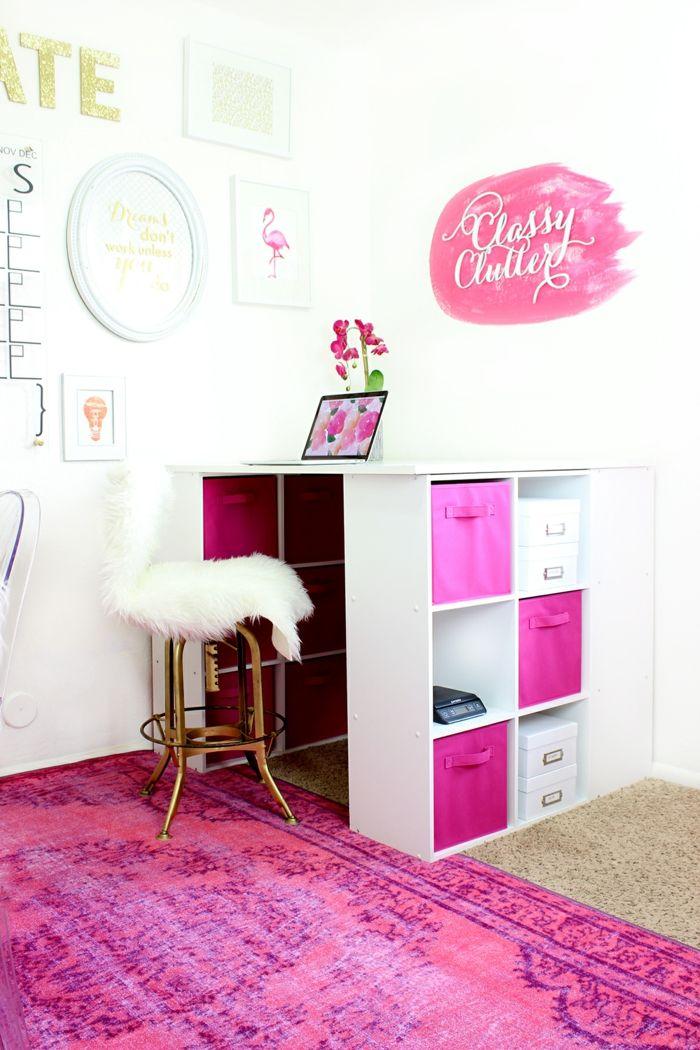 Arbeitszimmer In Pink Und Weiß, Stuhl, Mit Pelz Bedeckt, Viele Schubladen,  Laptop