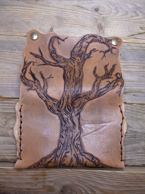 A unique and durable tobacco bag made from vegetable-tanned cow leather,painted and sewed by hand by waxed thread. Decorated with a beautiful tree engrave that covers the back of the case. With pocket for filters and a rolling paper pocket and metal buttons. Dimensions: 15,5cm*11cm