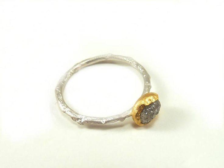 Ich freue mich, den jüngsten Neuzugang in meinem #etsy-Shop vorzustellen: Silbering mit Rohdiamant, grauer uncut in 24 Kt. Feingoldfassung, Verlobungsring, Beisteckring - handgefertigt by SILVERLOUNGE http://etsy.me/2jMjr2T #schmuck #ring #gold #ja #frauen #silber #grau #diamant