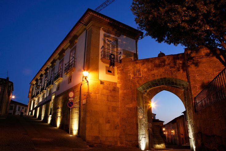 O Hotel Palácio dos Melos está localizado em pleno centro de Viseu, apenas a 100 metros do Museu Grão Vasco, foi completamente remodelado e equipado com as comodidades modernas, mantendo a sua fachada original. Dispõe de um terraço com vista panorâmica da cidade.
