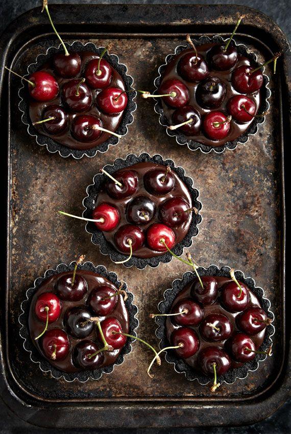 no-bake oreo chocolate cherry tarts: Nobak Oreo, Oreo Chocolates, Cherries Tarts, Cherries And Chocolates Tarts, No Bak Oreo, Chocolates Desserts, Easy Oreo Desserts, Chocolates Cherries, Cherry Tart