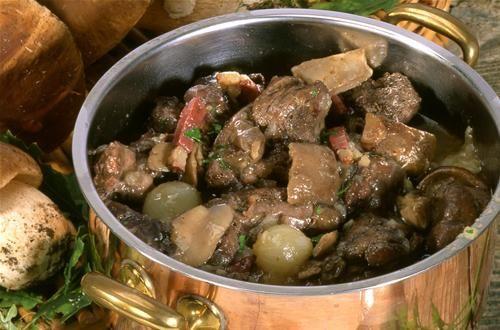 Civet de lièvre aux cèpes  Parez le lièvre et découpez-le en morceaux. Faites chauffer la graisse d'oie dans une cocott...