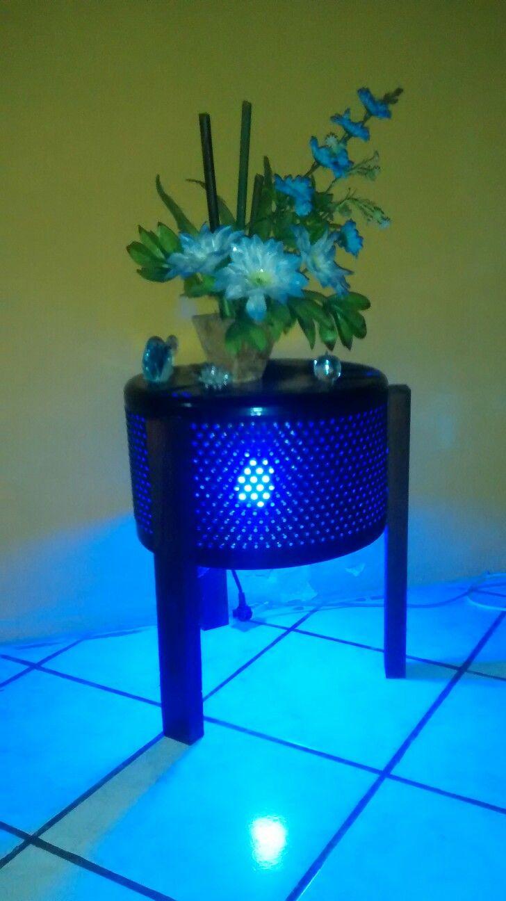 Coffee table DIY Mesa de centro feita com tambor de máquina de lavar, madeira e um charme com uma luz embaixo dela.  Esta criação foi do sogro de uma amiga. Apaixoneeeei na criatividade.