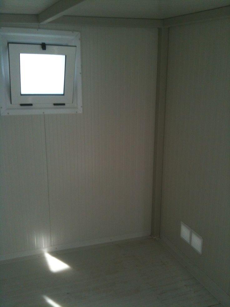 Λεπτομέρεια από το παράθυρο εξαερισμού. Διακρίνεται επίσης η περσίδα εξαερισμού.