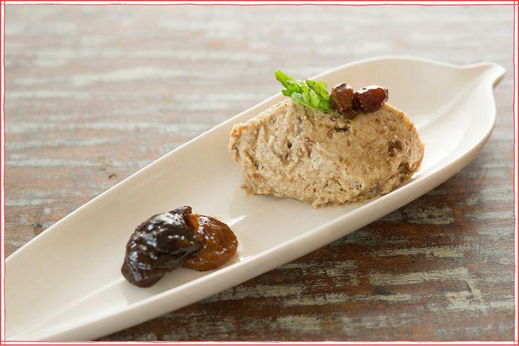 「とろろ芋ラムレーズンアイス」   Vege料理家・秋場奈奈さんのレシピ連載スタート!第一回はとろろ芋を使った暑い時期にぴったりのアイスクリームです。 材料 大和芋 100g(* とろろ芋、山芋でも代用可能) カシューナッツ 80g(* 生カシューナッツだと、よりベスト) デーツ 90g ラムレーズン 適量 バニラエクストラクト 少量 水 適量