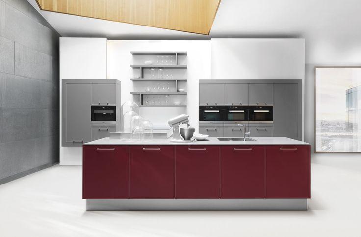 Moderne keuken | Kookeiland | Prachtig rode keuken | Meer keukeninspiratie opdoen ga naar www.keukenstudiostoof.nl