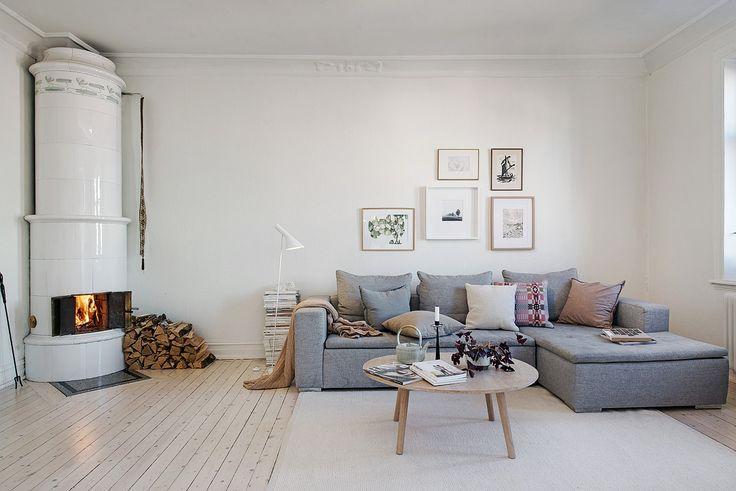 Luftigt vardagsrum med fungerande kakelugn