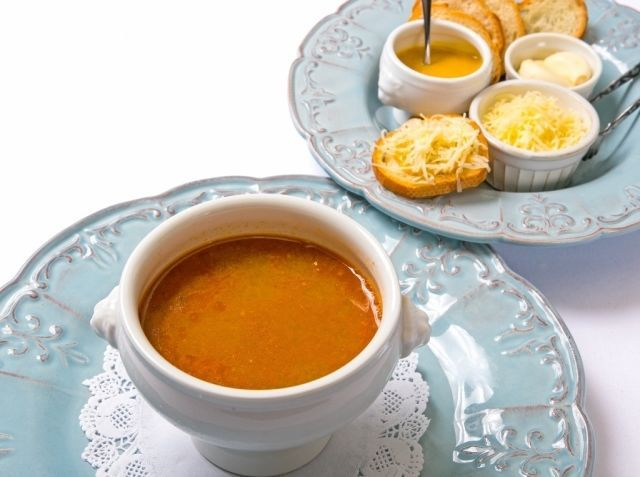 スープ・ド・ポワソン (soupe de poisson) - 冨山 家永シェフのレシピ。鮮度の良い白身魚を2〜3種類使います。そのうち1種類をイワシや サバ・アジなどの青魚にすると、味に奥行きがでます。ストレートに味に出ますので、炒めるとき焦がさないように注意します。 スープは一度にたっぷり作ったほうが美味しいので、多めに作ってストックするのがお勧めです。