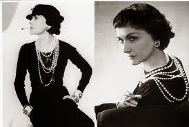 -20.roky Coco Chanel- malé čierne šaty, ktoré obopínali telo.