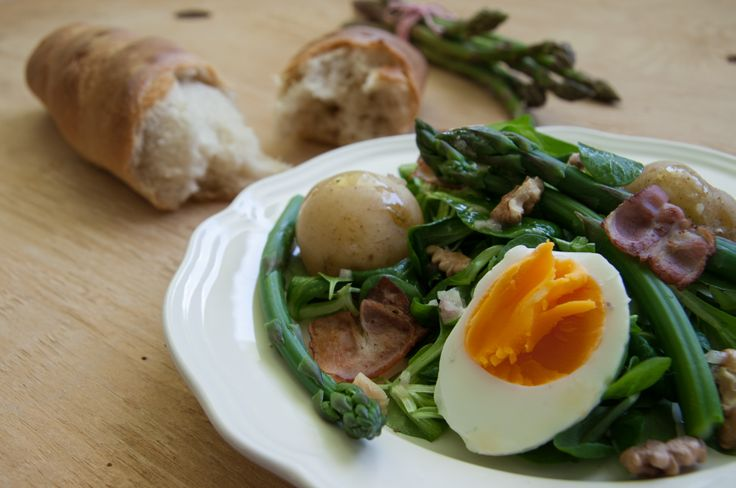 Green asparagus and bacon salad with fresh baguette. http://www.littlefoodlover.com/2014/05/green-asparagus-and-bacon-salad.html