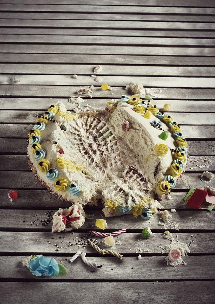 bodegón. Tarta de cumpleaños hecha de arena de playa pisada. Huella.