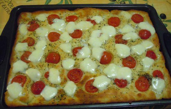 Focaccia con pomodorini e mozzarella