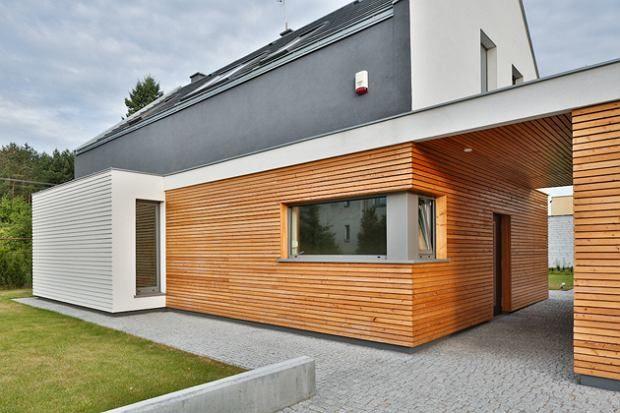 Pomimo ukrycia wejścia głównego do domu pod zadaszeniem, w przejściu pomiędzy budynkami, ukształtowanie bryły budynku jednoznacznie wskazuje jego lokalizację