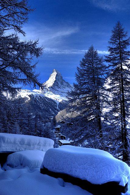 Der Matterhorn in Zermatt. Der höchster Berg der Schweiz. Das Symbol von der Schweiz. Was vielen vielleicht nicht wissen das  Toblerone den Matterhorn als Inspiration für die schokoladen Marke war. So steht der Berggipfel auf der Verpackung. Die dreieckige Schokoladen Sims sogar im gleichen Form als den Berggipfel.